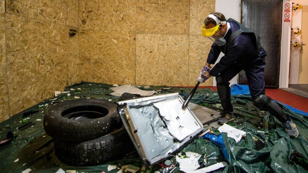 homme qui casse une télé au défouloir de Lille