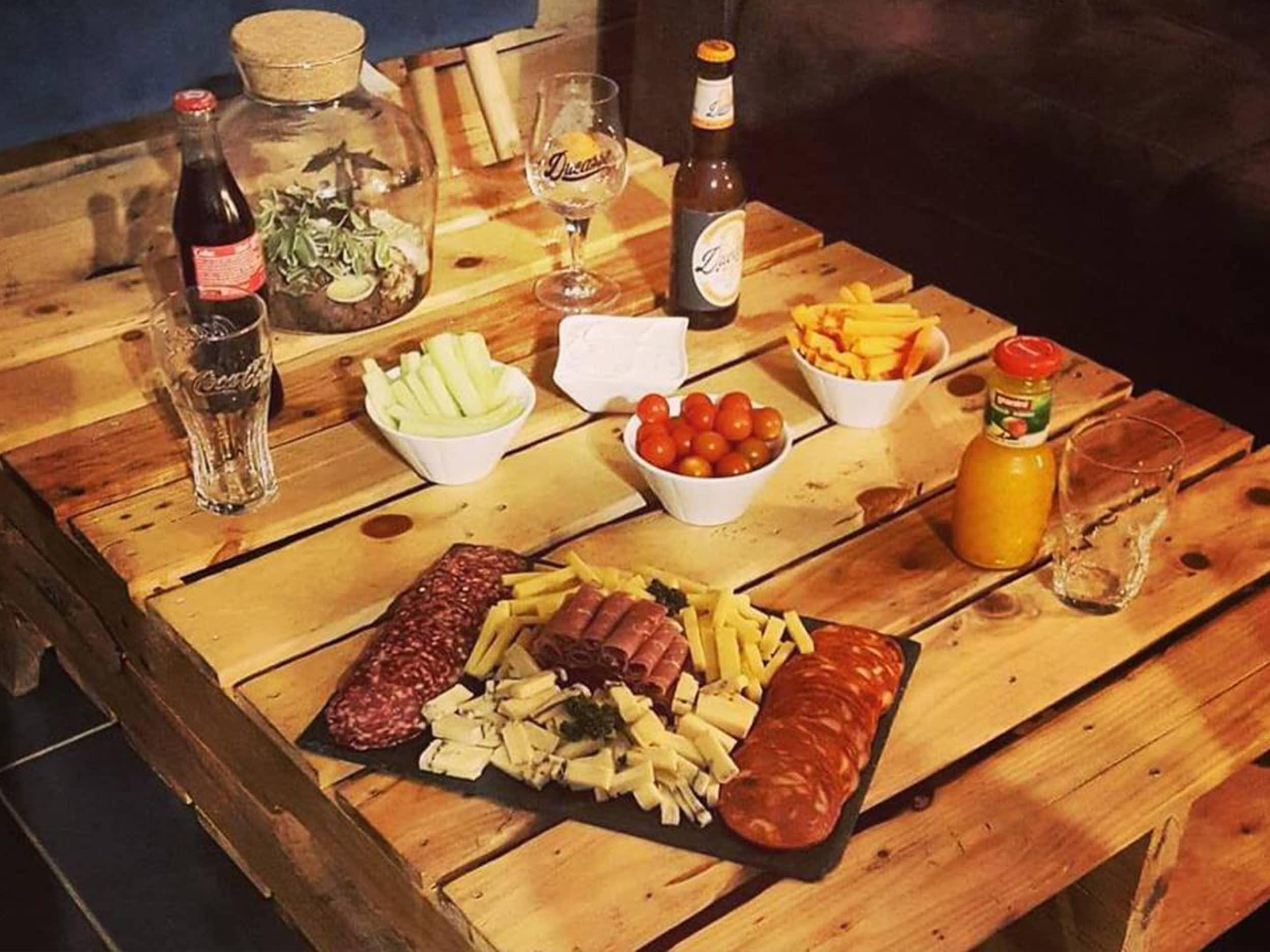 planche apéro, boisson sur table en palette au Défouloir Lille