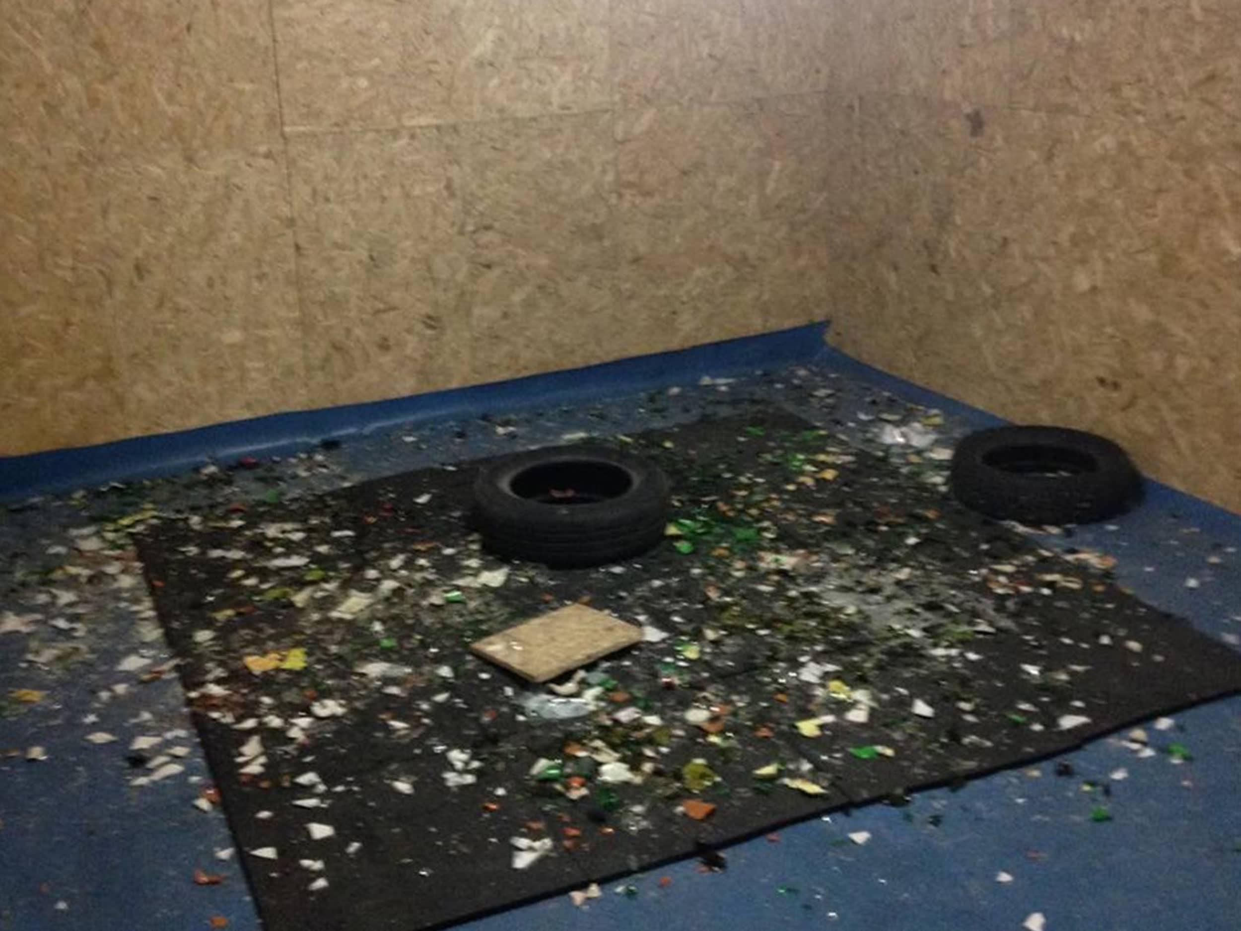 pièce après une séance avec des débris de verre à terre