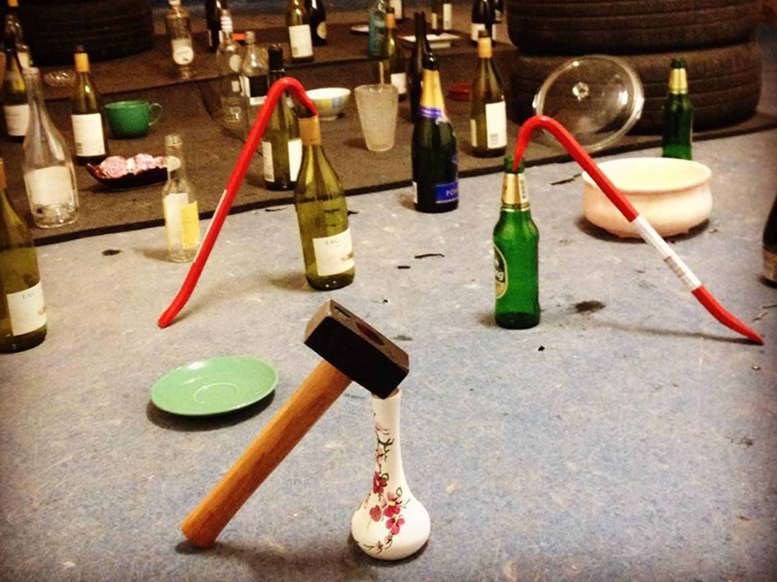 bouteille et vaisselle prête à être cassé